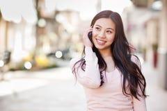 Asiatische Frau am Telefon lizenzfreies stockbild