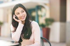 Asiatische Frau am Telefon lizenzfreie stockfotografie