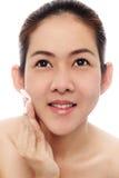Asiatische Frauen der Schönheit, die ihr Gesicht säubern stockfoto