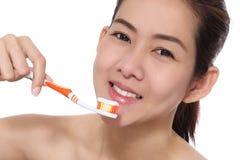 Asiatische Frauen der Schönheit, die ihr Gesicht säubern stockfotos