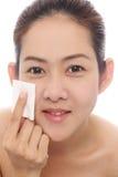 Asiatische Frauen der Schönheit, die ihr Gesicht säubern stockbilder