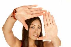 Asiatische Frauen-gestaltenszene mit ihren Händen Lizenzfreies Stockfoto