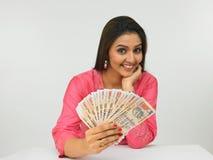 Asiatische Frauen mit indischem Geld Stockfotos