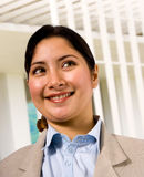 Asiatische Frauen-stehende Außenseite ihre Wohnung Lizenzfreies Stockfoto