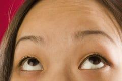 Asiatische Frauenaugen, die oben schauen Lizenzfreie Stockfotos