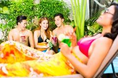 Asiatische Freunde, die an der Pool-Party im Erholungsort partying sind stockbilder