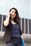 Asiatische Geschäftsdamenfront des hohen Gebäudes lizenzfreie stockbilder