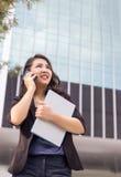 Asiatische Geschäftsdamenfront des hohen Gebäudes lizenzfreies stockbild