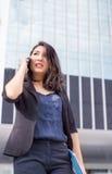 Asiatische Geschäftsdamenfront des hohen Gebäudes stockfotografie