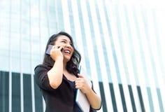 Asiatische Geschäftsdamenfront des hohen Gebäudes stockfoto