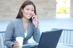 Asiatische Geschäftsfrau auf Laptop lizenzfreie stockfotos