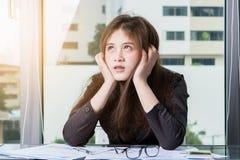 Asiatische Geschäftsfrau Are betonte lizenzfreie stockbilder