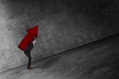 Asiatische Geschäftsfrau bringen großen roten Pfeil auf ihr zurück Lizenzfreies Stockfoto
