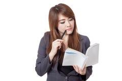 Asiatische Geschäftsfrau denkt las ein Buch Stockbild