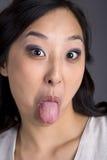 Asiatische Geschäftsfrau in der Klage-Zunge heraus Lizenzfreie Stockbilder