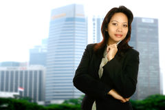 Asiatische Geschäftsfrau in der Stadt lizenzfreie stockbilder