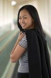 Asiatische Geschäftsfrau, die über Schulter schaut Stockfotografie