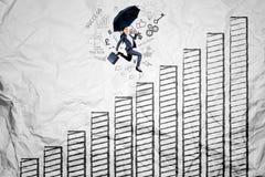 Asiatische Geschäftsfrau, die über Wachstumstabelle läuft stockfotos