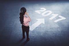 Asiatische Geschäftsfrau, die auf dem Boden mit Jahr 2017 steht Lizenzfreies Stockfoto