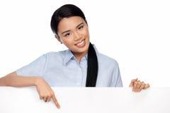 Asiatische Geschäftsfrau, die auf ein Schild zeigt Stockbilder