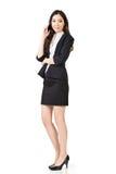 Asiatische Geschäftsfrau, die auf Handy spricht lizenzfreie stockfotografie