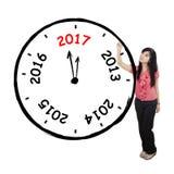 Asiatische Geschäftsfrau, die eine große Uhr zeichnet Lizenzfreie Stockfotos