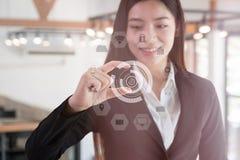 Asiatische Geschäftsfrau, die Größen mit den Fingern lächelt und gestikuliert BU lizenzfreies stockfoto