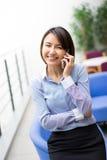 Asiatische Geschäftsfrau, die an ihrem Schreibtisch in einem Büro sitzt Stockfotos