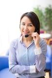 Asiatische Geschäftsfrau, die an ihrem Schreibtisch in einem Büro sitzt Stockfotografie