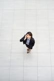 Asiatische Geschäftsfrau, die an ihrem Schreibtisch in einem Büro sitzt Lizenzfreie Stockfotografie