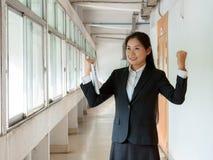 Asiatische Geschäftsfrau, die mit den Armen oben erfolgreich sich fühlt lizenzfreies stockfoto