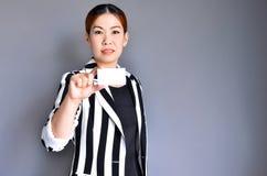 Asiatische Geschäftsfrau, die Visitenkarte zeigt stockfoto
