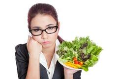 Asiatische Geschäftsfrau gebohrt mit Salatschüssel lizenzfreies stockfoto