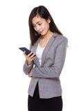 Asiatische Geschäftsfrau gelesen auf Smartphone lizenzfreie stockbilder
