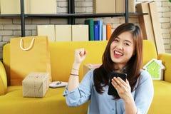 Asiatische Geschäftsfrau glücklich mit Auftrag stockfotos