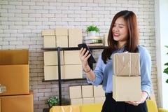 asiatische Geschäftsfrau glücklich mit Auftrag vom Kunden lizenzfreie stockfotografie