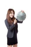 Asiatische Geschäftsfrau greift bis bis einer Uhr und zu einem Lächeln ab Stockbilder