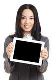 Asiatische Geschäftsfrau-Grifftablette, Fokus auf Tablette Lizenzfreies Stockbild