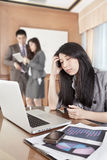 Asiatische Geschäftsfrau im Büro Stockfotografie