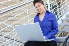 Asiatische Geschäftsfrau im Büro stockbilder