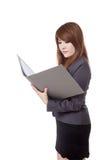 Asiatische Geschäftsfrau las Daten vom Bericht Stockfotografie