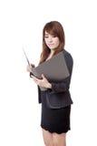 Asiatische Geschäftsfrau las Daten vom Ordner Stockfotos