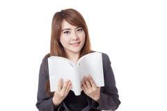 Asiatische Geschäftsfrau liest ein Buch und ein Lächeln Lizenzfreies Stockfoto