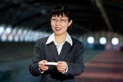 Asiatische Geschäftsfrau mit benennender Karte Lizenzfreie Stockfotos