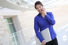 Asiatische Geschäftsfrau mit Computer lizenzfreie stockbilder