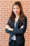 Asiatische Geschäftsfrau mit den gekreuzten Armen Lizenzfreies Stockfoto