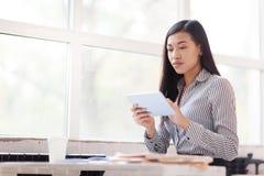 Asiatische Geschäftsfrau mit digitaler Tablette stockfotos