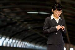 Asiatische Geschäftsfrau mit Handy Lizenzfreies Stockfoto