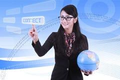 Asiatische Geschäftsfrau mit Hintergrund des binären Codes Stockfoto