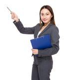 Asiatische Geschäftsfrau mit Klemmbrett und Stift zeigen etwas an Lizenzfreie Stockbilder
